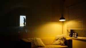 Lampy wiszące do salonu – jak stworzyć praktyczne oświetlenie?